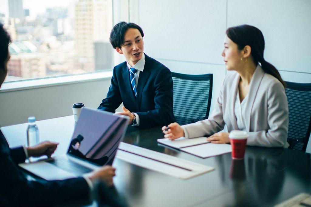 SaaSビジネスの最適なアンケートの取り方とは?おすすめのツールと注意点_アンケート調査は自社の他、調査会社に委託する方法も